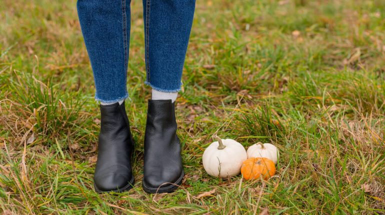 how to wear chelsea boots with jeans ladies